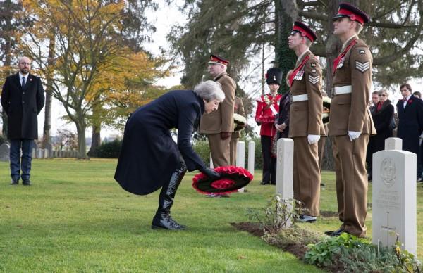 英國首相梅伊到比利時參與國殤紀念日活動,沒想到護送梅伊的車隊卻在行駛時發生車禍,所幸梅伊未受傷。(法新社)
