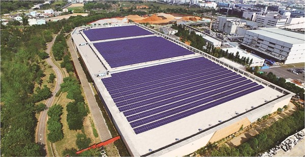 An AU Optronics plant fitted with solar panels is seen in this aerial photo taken over Taichung on July 28. The government is to encourage the use of alternative energy sources to major consumers of electricity. Photo courtesy of AU Optronics