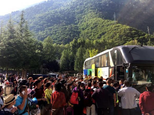 中國九寨溝昨晚(8日)發生強震,當地政府報告指出,4萬7千多名滯留遊客今天(9日)下午已疏散完畢。(法新社)