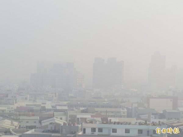今年元旦台南的PM2.5濃度又紫爆。(資料照,記者蔡文居攝)