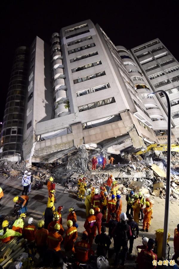 雲翠大樓在花蓮強震中傾倒,多人受困樓下壓毀的漂亮生活旅店,救難人員漏夜深入搜救。(資料照)