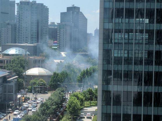 位於北京朝陽區的美國駐中國大使館驚傳爆炸,圖為網路瘋傳相關影片、照片。(圖擷自Twitter)