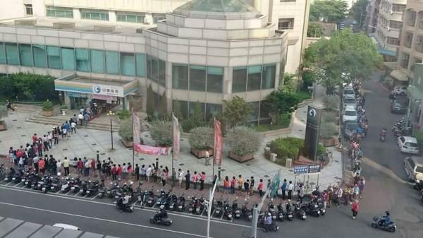 嘉義中興路上的中華電信門市外今天有滿滿的排隊人潮。(圖擷取自爆廢公社)