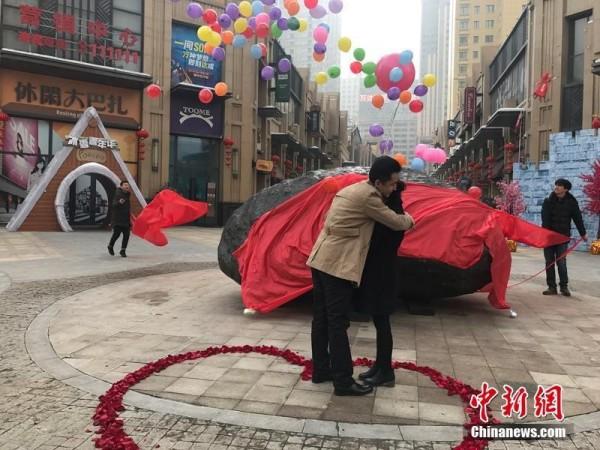這顆33噸重的「隕石」價格是百萬元人民幣,讓他求婚成功。(圖擷取自中新網)