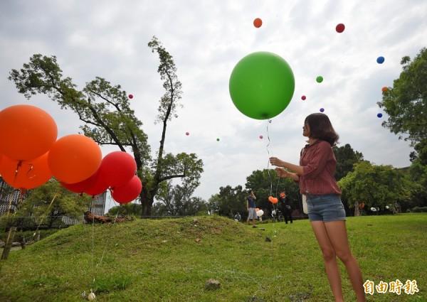 台灣大學人文科系學生19日在人文大樓預定上舉行人文大樓開幕祭記者會,以施放氣球標出人文大樓天際線方式,表達希望人文大樓儘速動工的想法。(記者王敏為攝)