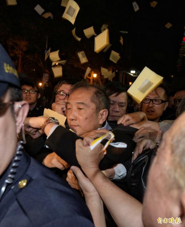 復興航空執行長劉東明離開時遭到工會圍堵,工會成員撒冥紙抗議。(記者張嘉明攝)