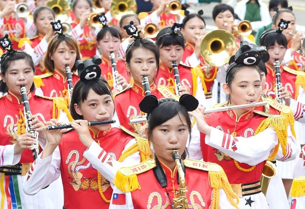 The Taipei First Girls' High School marching band yesterday performs at a carnival in Taipei's East District to promote this year's Summer Universiade in the city. Photo: Liao Chen-huei, Taipei Times