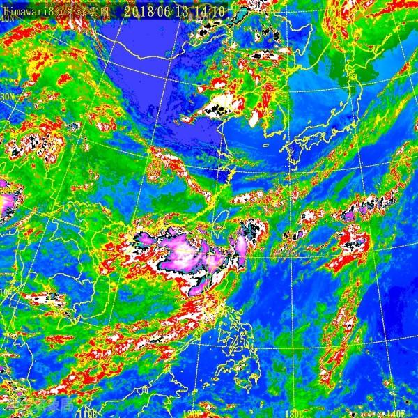 雲團從台灣海峽南部、巴士海峽、東南部海面逐漸形成對台灣的三面合圍。(中央氣象局)