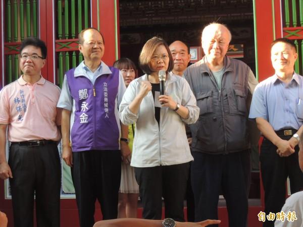 民進黨總統參選人蔡英文參訪新竹縣六張犁古厝群時,表示將來會鼓勵大型醫院進駐新竹。(記者廖雪茹攝)