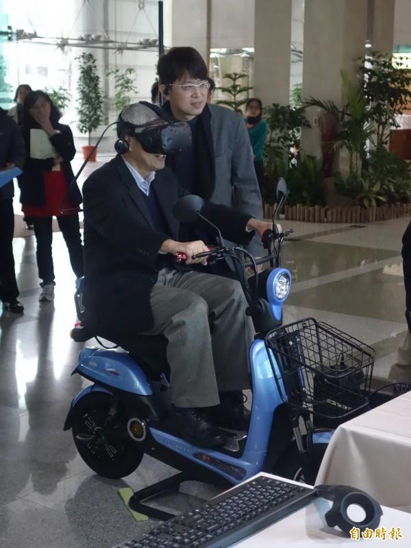 機車考照前能透過VR練習,賀陳旦親身體驗,難保平衡擦撞路緣。(記者鄭瑋奇攝)