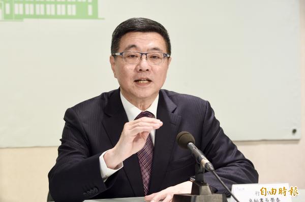 行政院秘书长、民进党主席参选人卓荣泰今批评叶俊荣,「做一天和尚撞一天钟,不能说和尚快结束了,把钟先撞完」。(资料照)