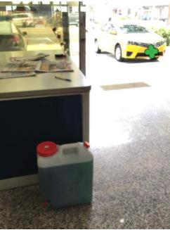 當時女子買的汽油桶已經裝滿汽油。(圖擷取自《爆料公社》臉書)