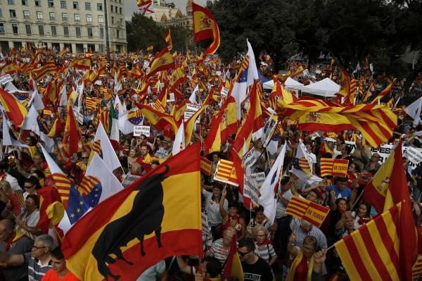 巴塞隆納民眾揮舞西班牙國旗和加泰隆尼亞旗幟歡慶國慶日。(美聯社)