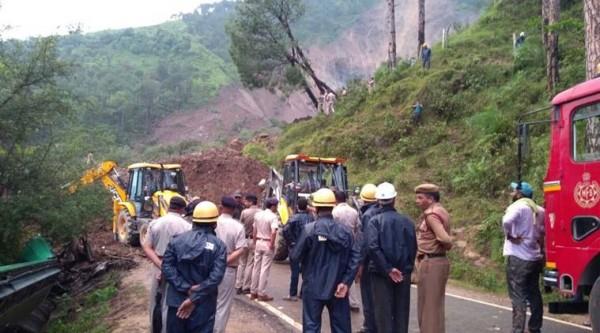 印度2輛巴士在今日凌晨遭土石流沖走,50餘名乘客恐全數罹難。(圖擷自《印度快報》)