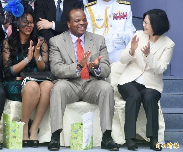 2016年總統副總統就職慶祝大會,總統蔡英文(右一)在觀禮席和史瓦濟蘭王國國王恩史瓦帝三世(中)暨王妃(左)交談互動。(資料照)