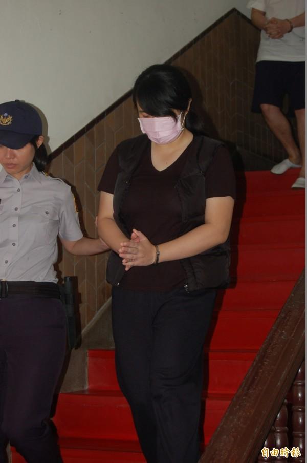 女毒蟲丁易津堅稱被通緝的劉芊輝指稱他被通緝,要求她「趕快跑(意即快開車)」,此外,她不知女童在場,也不認識女童,不小心撞傷女童不治應該是涉及過失致死罪才對。(記者楊國文攝)