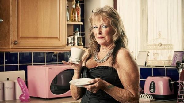 現年85歲的福格庫柏(Sheila Vogel-Coupe),是英國最老的妓女,每小時薪更高達1.2萬元台幣。(圖取自channel4)
