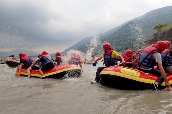 荖濃溪泛舟就要有全身濕的準備,每人拿起小勺子玩起水戰,濕得非常過癮。(記者許麗娟攝)