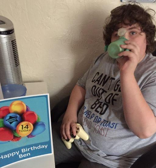 英國青少年卡特從2歲開始就只用同一只藍色小水杯喝水,小水杯不在,卡特就拒不喝水,還曾兩度因此嚴重脫水而送醫急救。(圖擷取自@GrumpyCarer推特)