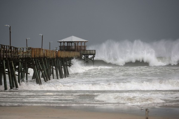 颶風「佛羅倫斯」(Florence)暴風圈目前已觸碰到美國東岸陸地,預測將帶來驚人的強風和暴雨,恐重創北卡羅萊納州和南卡羅萊納州。(法新社)
