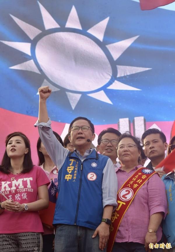 國民黨台北市長候選人丁守中和夫人與台北市議員候選人一起入場,支持者高呼凍蒜。(記者黃耀徵攝)