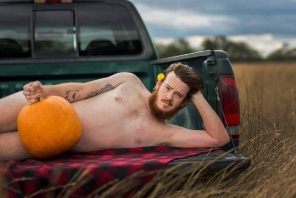 美國一名女攝影師為丈夫拍攝一系列裸體南瓜照。(圖取自女攝影師Instagram )