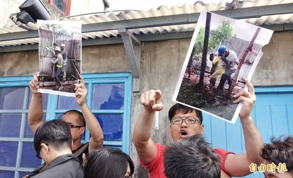 台北市長柯文哲今早出席「2017台北自然生態保育活動」時,松菸護樹團體政策組組長游藝(穿紅衣者)等3人突然闖進抗議。(記者方賓照攝)
