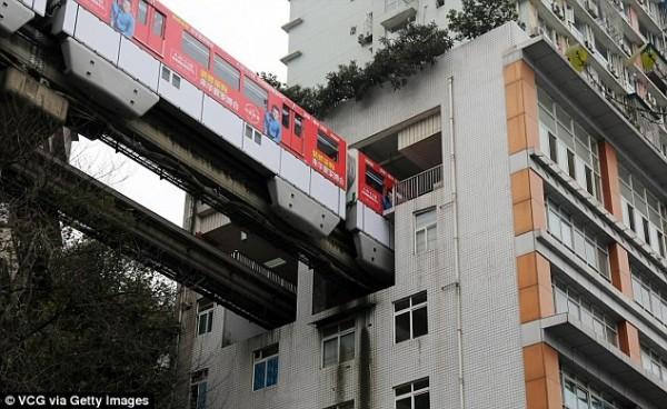 大樓中間的6樓到8樓則被規劃為軌道交通區域,6樓是站廳,7樓是設備層,8樓則是站台層。(圖擷自《每日郵報》)