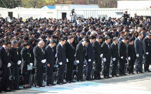 南韓政府人士出席哀悼儀式,一名女孩念出她寫給罹難妹妹的信。(歐新社)