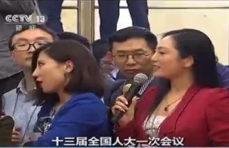 全美電視台女記者張慧君,因在中共人大記者會上發問冗長,坐在隔壁的上海第一財經記者梁相宜,忍不住白眼相向。(圖擷取自影片)