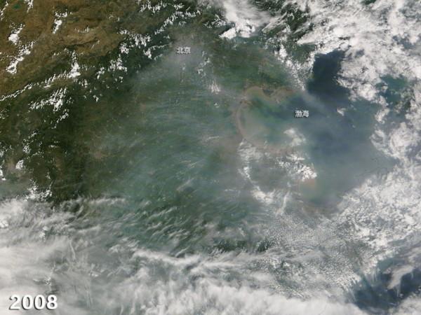 空拍照片顯示,唯有2008年因為舉辦奧運,空氣汙染明顯減少。(圖擷取自NASA)