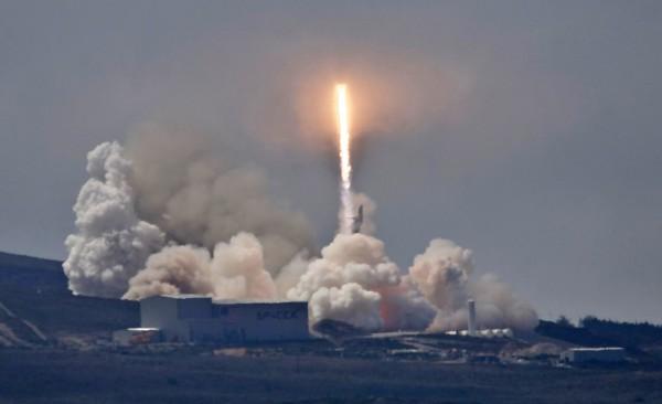 搭載台灣第一顆自主研發的遙測衛星「福爾摩沙衛星五號」的獵鷹九號順利升空。(美聯社)