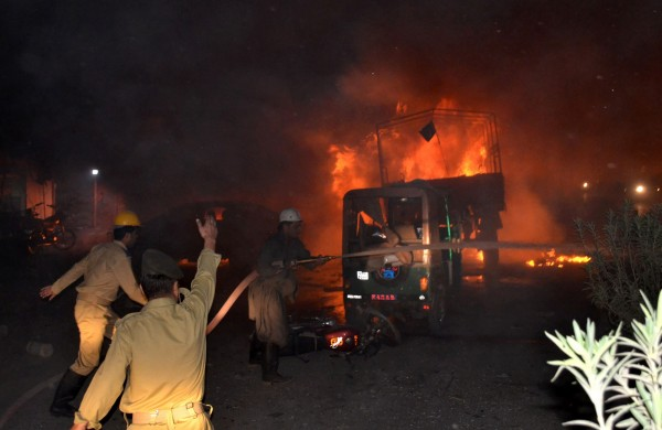 巴基斯坦一輛軍用卡車遭自殺摩托車衝撞,造成至少15人死亡和32人受傷,由於爆炸威力強大,多輛汽機車起火燃燒。(法新社)