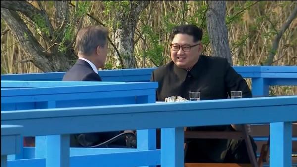 在簽署和平宣言後,南韓總統文在寅與北韓領導人金正恩到室外的一座橋廊坐了下來,兩人看上去相談甚歡。(路透)