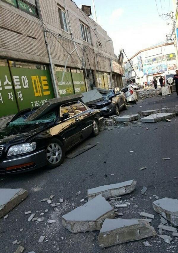 南韓今下午發生規模5.5強震,掉落物及倒塌電線桿壓毀許多車輛,已有4人受傷災情傳出。(美聯社)