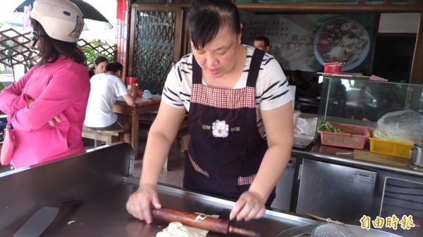 聶曉燕當西螺媳婦15年,以賣粿仔條為榮。(記者廖淑玲攝)