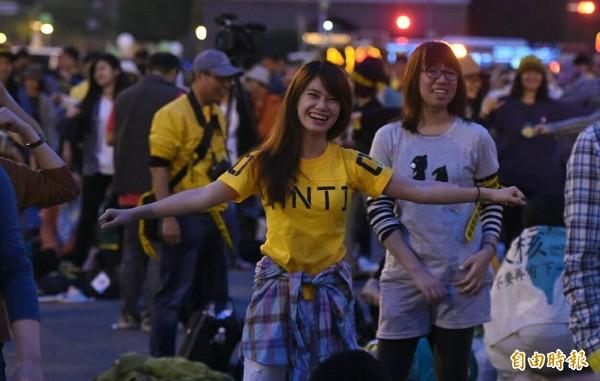 反核晚會中,民眾一起跳反核健康操。(記者王敏為攝)
