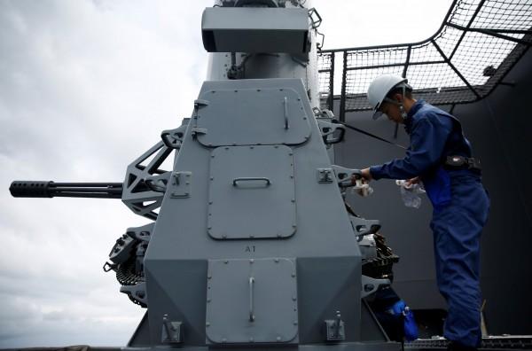 船員在清理砲座。(路透)