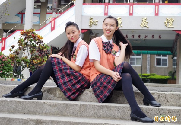 橘色背心搭配哥德風百褶裙,美保科女學生兼具個性與活力。(記者王善嬿攝)
