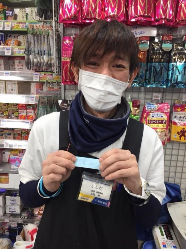日本店員送上暖暖字條,關心台灣好嗎?(圖擷取自爆廢公社)