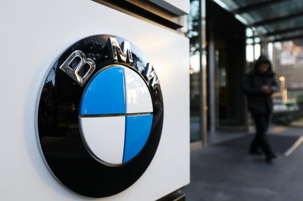 南韩今年屡传BMW自燃事件,当局与民间单位联手展开调查并于今(24)日公布结果,调查报告指出,BMW隐瞒车辆缺陷并蓄意推迟召回。(彭博)