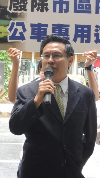 涂醒哲在垂楊路召開記者會宣布,若當選市長,將廢除垂楊路公車專用道。(記者丁偉杰攝)