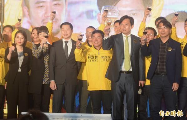 時代力量舉辦募款餐會,並公布第一波縣市議員提名名單,黃國昌、徐永明上台向與會者致意。(記者林正坤攝)