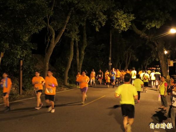 醫師提醒,夜跑賽事的環境溫度走向為從32℃慢慢降至30℃,處在高溫的時間更長,相對提高中暑、熱衰竭危機。示意圖,與新聞事件無關。(資料照)