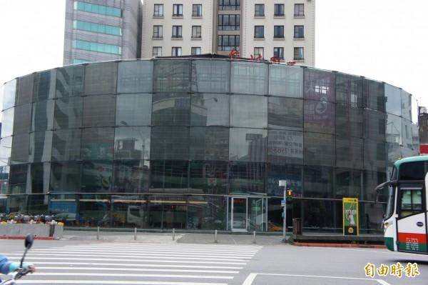 台北建成圓環今天開工拆除,將於明年7月重建為地景廣場。(記者黃建豪攝)