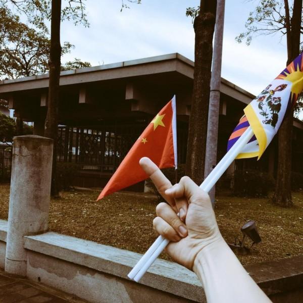 網友楊剛於臉書貼出數張現場圖片,並說他痛恨的不是名為中國的集體,也不是名為中國人的集體。而是「在一個紀念台灣民主的地方,台灣的歷史脈絡被這樣地填塞。」(圖由網友楊剛提供)