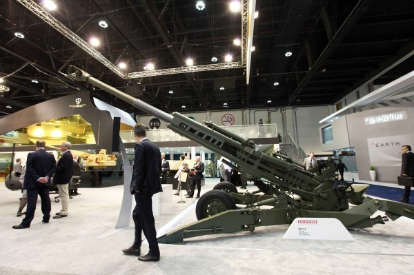 M777榴彈砲造價約70萬美元,其戰鬥全重只有3.7噸,具備數位射控系統。圖為M777榴彈砲。(彭博)