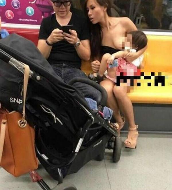 新加坡一名年輕辣媽穿著黑色平口上衣,並直接在車廂內拉下衣服親餵母乳。(圖取自巴士的報)
