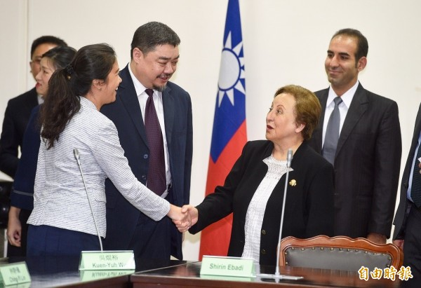 諾貝爾和平獎得主希琳.伊巴迪(Shirin Ebadi)(前右)認為中國政府沒有提供民主鬥士劉曉波應有的醫療服務,更直言「中國是謀殺者(murderer)」諾貝爾和平獎得主Shirin Ebadi(前右)17日拜會立法院。(記者羅沛德攝)