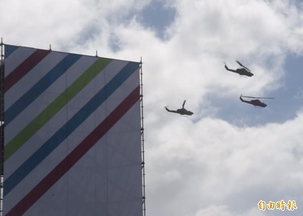 陸軍航特部直升機編隊飛越凱道上空。(記者黃耀徵攝)